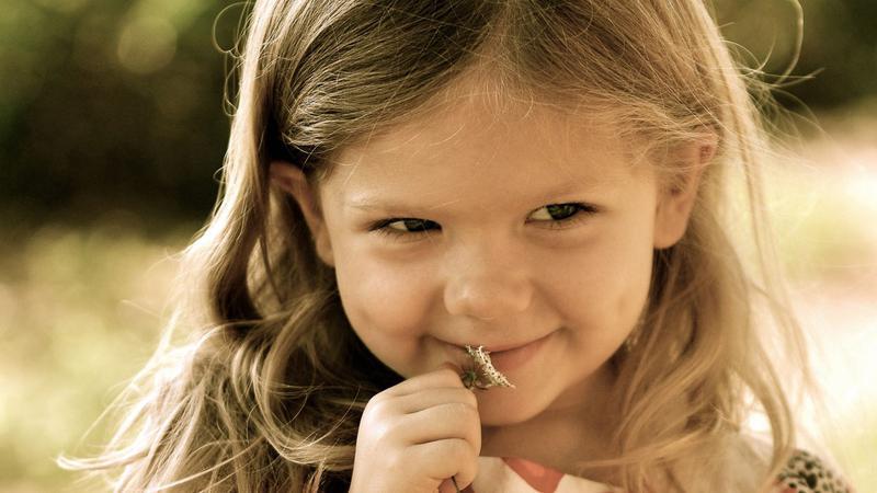 С точки зрения неврологии, когда мы смотрим, как кто-то улыбается, мы становимся счастливее.